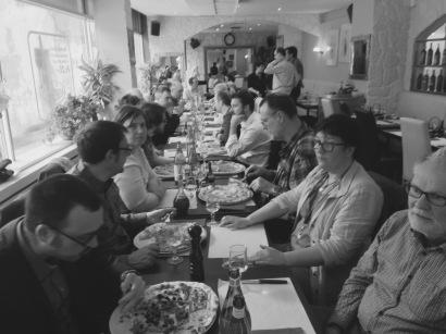 Lunch des membres de Wikimedia Suisse après l'AG du 2 avril 2016. Les frondeurs Natacha Rault (aka Nattes à chat), Marie-Pierre Vidonne (aka LaMèreVeille) et Gabriel Thullen (aka GastelEtzwane) font la moue. CC BY-SA 4.0 Auteur: Muriel Staub (aka MurielDamiana)
